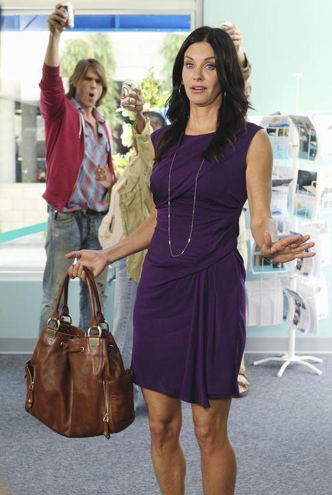 Bobby hat sich entschlossen, keine Alimente mehr von Jules (Courteney Cox) anzunehmen. Jules beschließt daraufhin, eine Party zu schmeißen ... - Bildquelle: 2010 ABC INC.