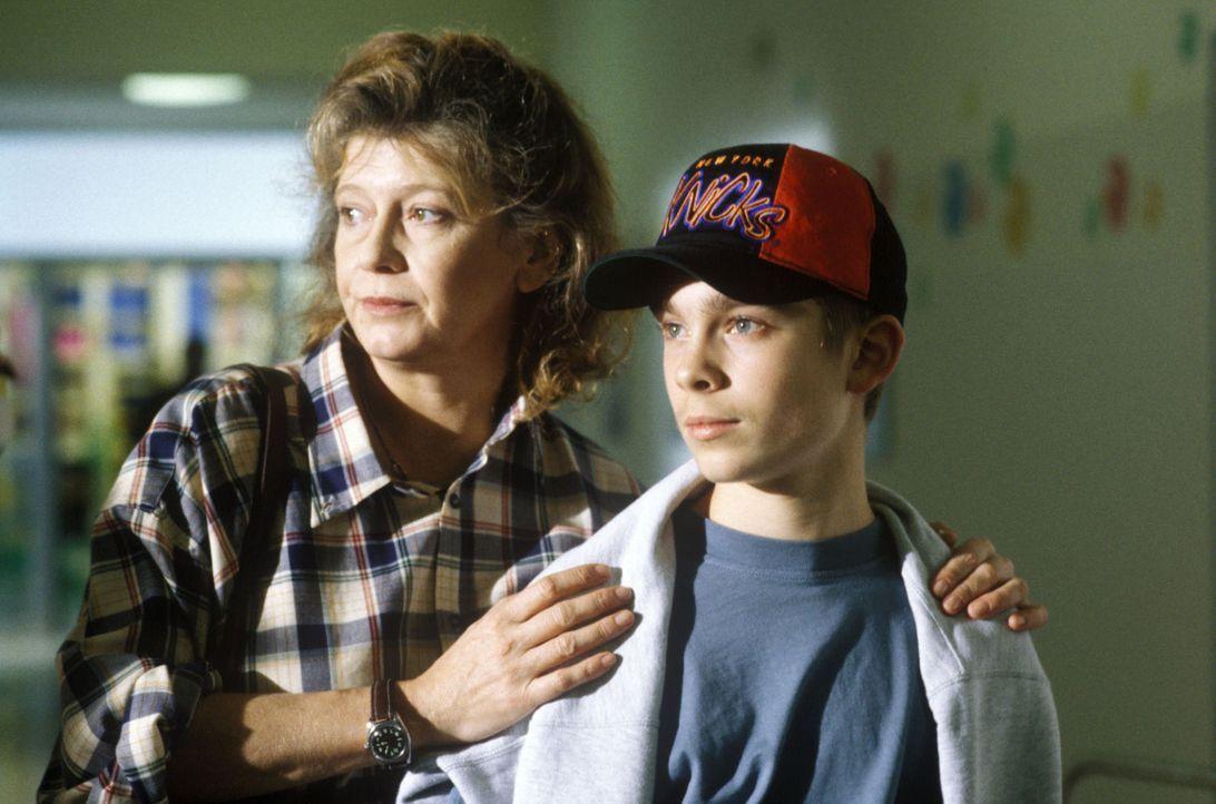 Angelika Meisenberg (Lisa Kreuzer, l.) kann nicht akzeptieren, dass ihr Sohn Jonas (Eric Benz, r.) unheilbar an Krebs erkrankt ist. Sie klammert sic... - Bildquelle: Bernd Spauke Sat.1