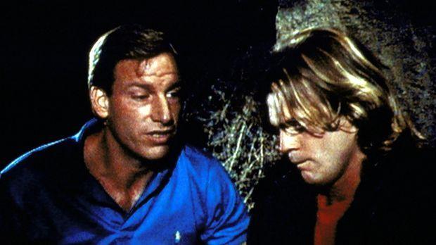 Frank (Tom Sullivan, l.) spricht Scott (Pete Kowanko, r.), der bald blind wer...