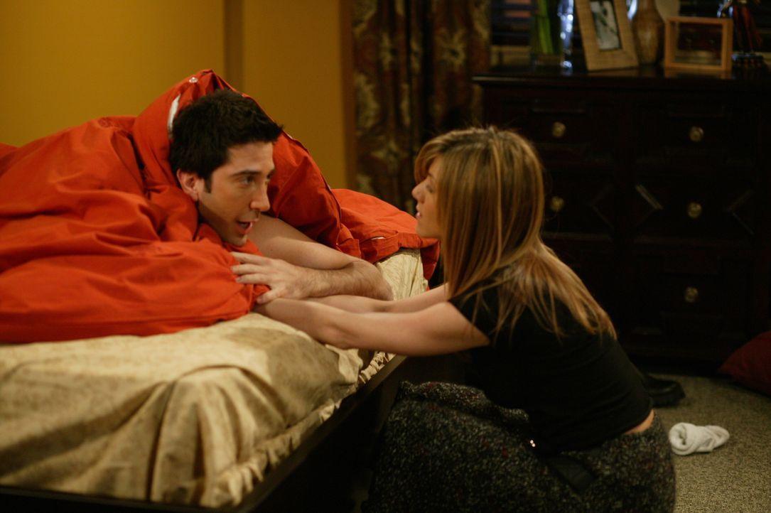 Nehmen nach einer wunderschönen Nacht Abschied voneinander: Rachel (Jennifer Aniston, r.) und Ross (David Schwimmer, l.) ... - Bildquelle: 2003 Warner Brothers International Television