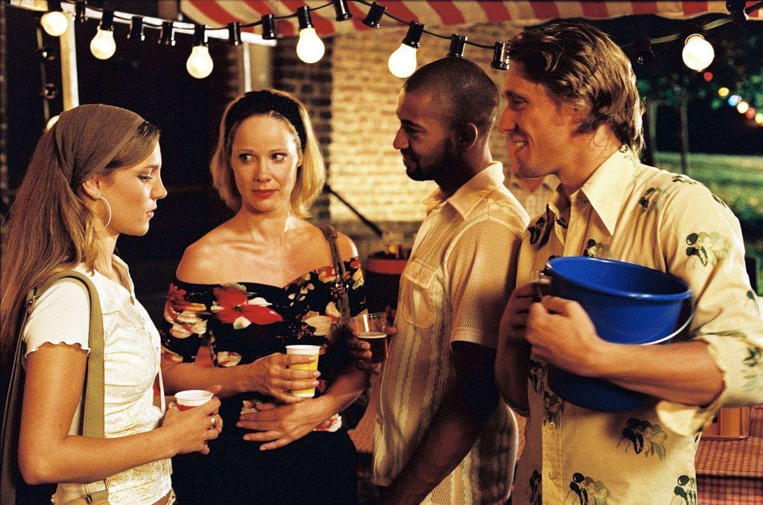 Beim Feuerwehrfest kommen sich Leon (Tyron Ricketts, 2.v.r.) und Maria (Ann-Kathrin Kramer, 2.v.l.) sowie Lydia (Jessica Richter, l.) und Leons Freu... - Bildquelle: Thomas Kost Sat.1