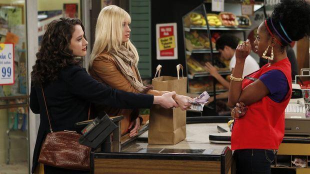 Caroline (Beth Behrs, M.) begleitet Max (Kat Dennings, l.) beim Zutaten-Einka...