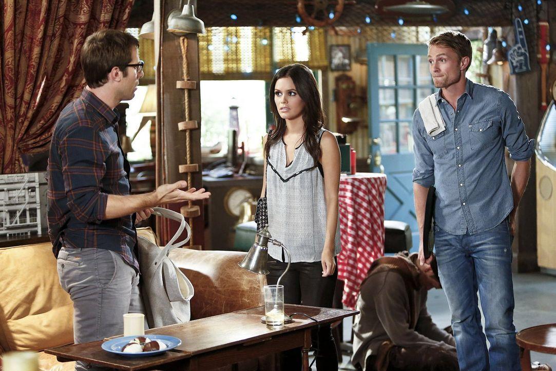 Joel (Josh Cooke, l.) kommt kaum noch zum Schreiben und Zoe (Rachel Bilson, M.) schiebt dafür Wade (Wilson Bethel, r.) die Schuld in die Schuhe ... - Bildquelle: Warner Brothers