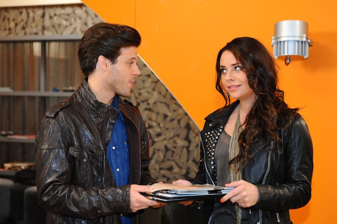 Enrique gesteht Paloma (Maja Maneiro, r.), dass er Chris (Frank Ziegler, l.) den Tipp mit der Tätowierung gegeben hat ... - Bildquelle: SAT.1
