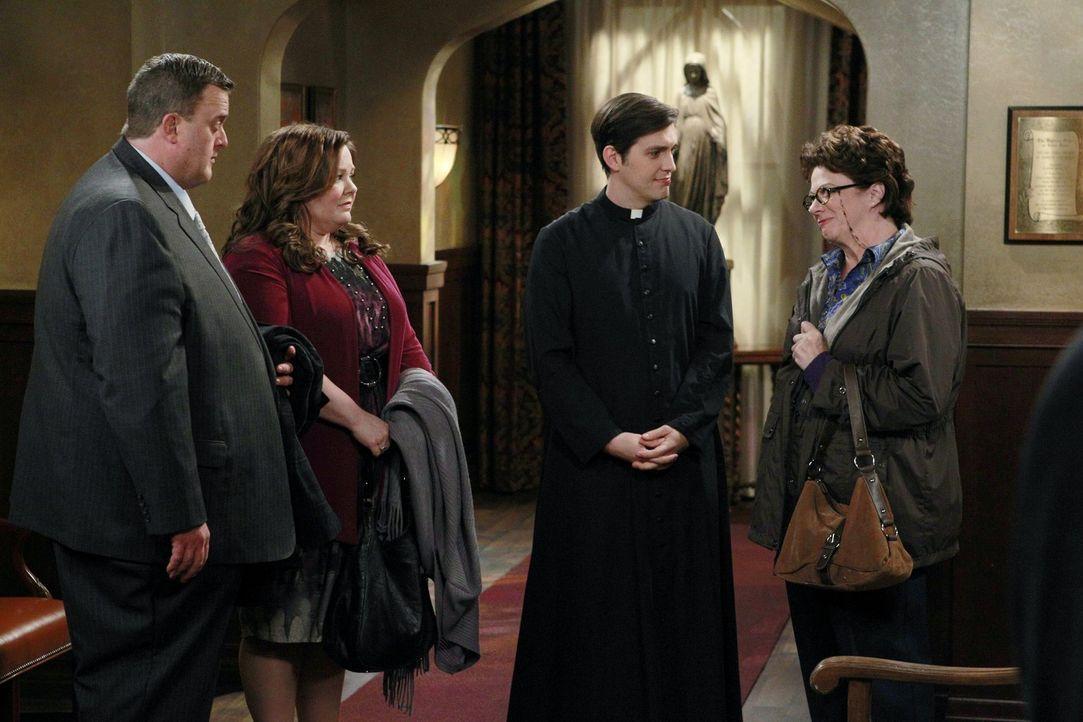 Als sich Mike (Billy Gardell, l.) und Molly (Melissa McCarthy, 2.v.l.) mit Pfarrer Justin (Josh Dean, 2.v.r.) in Peggys (Rondi Reed, r.) Kirche tref... - Bildquelle: Warner Brothers
