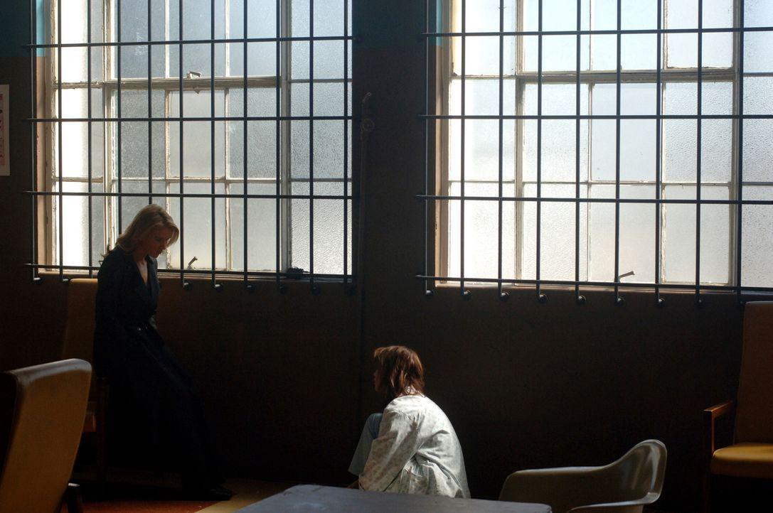 In Gesprächen mit Carmen (Melissa Sagemiller, r.) bekommt Sam (Poppy Montgomery, l.) heraus, dass sie wirre Erinnerungen an die Nacht hat, als sie a... - Bildquelle: Warner Bros. Entertainment Inc.