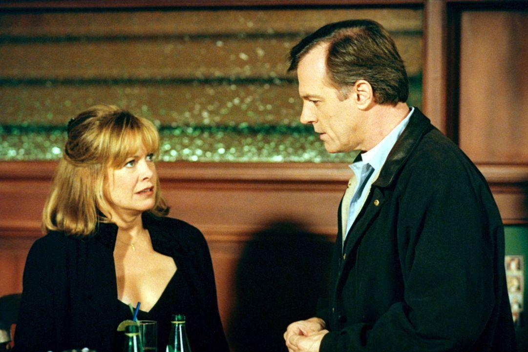 Ihre Tochter Mary verschwindet plötzlich was Annie (Catherine Hicks, l.) und Eric (Stephen Collins, r.) große Sorgen macht. - Bildquelle: The WB Television Network