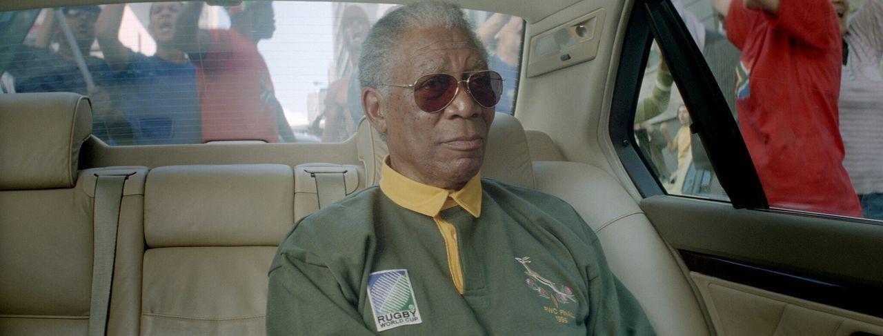 """Als Nelson Mandela (Morgan Freeman) die WM-Spiele der südafrikanischen Rugby-Mannschaft besucht und sich im Finale in einem """"Springbok""""-Trikot zeigt... - Bildquelle: Warner Bros."""