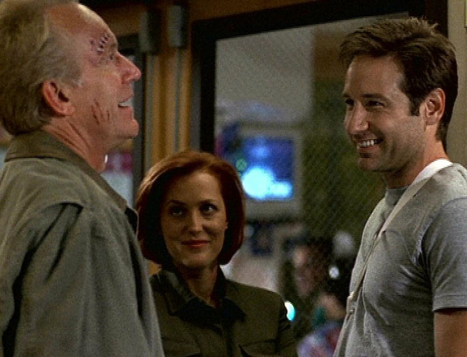 Frank Black (Lance Henriksen, l.), Scully (Gillian Anderson, M.) und Mulder (David Duchovny) sind froh, entronnen zu sein. - Bildquelle: TM +   2000 Twentieth Century Fox Film Corporation. All Rights Reserved.