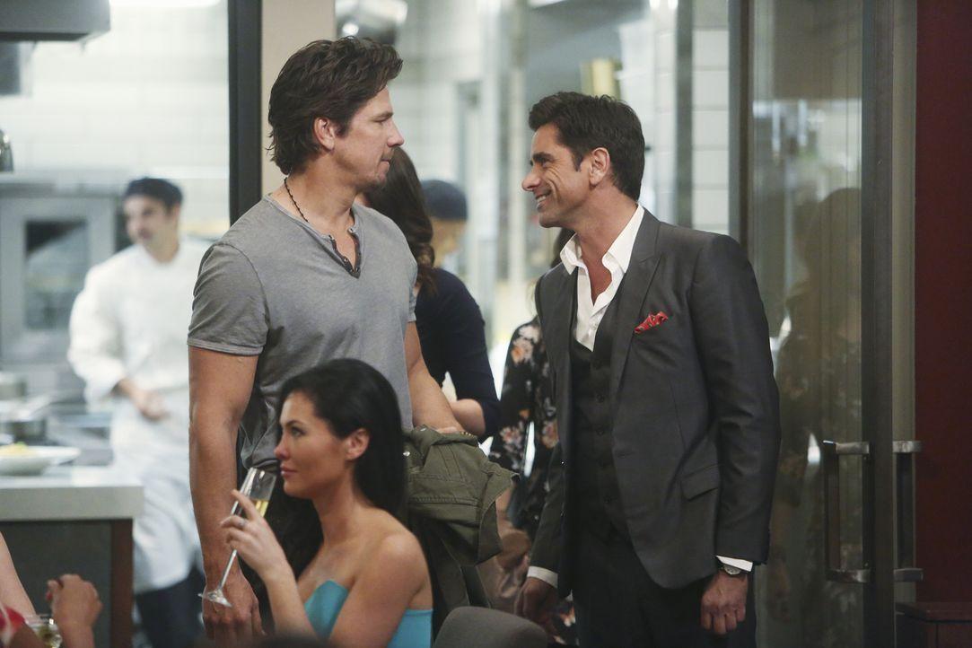 Als Sara mit Jimmy (John Stamos, r.) auf eine Party geht, trifft sie dort auf ihren Exfreund Craig (Michael Trucco, l.) und seine neue Flamme. Aus N... - Bildquelle: Jordin Althaus 2016 ABC Studios. All rights reserved.