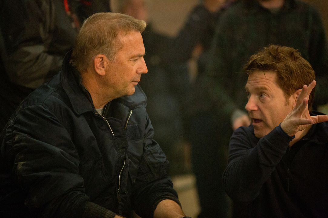 Am Set von JACK RYAN: SHADOW RECRUIT: Kevin Costner (l.) in Diskussion mit Regisseur und Darsteller Kenneth Branagh (r.) - Bildquelle: Larry D Horricks MMXIV Paramount Pictures Corporation. All Rights Reserved.