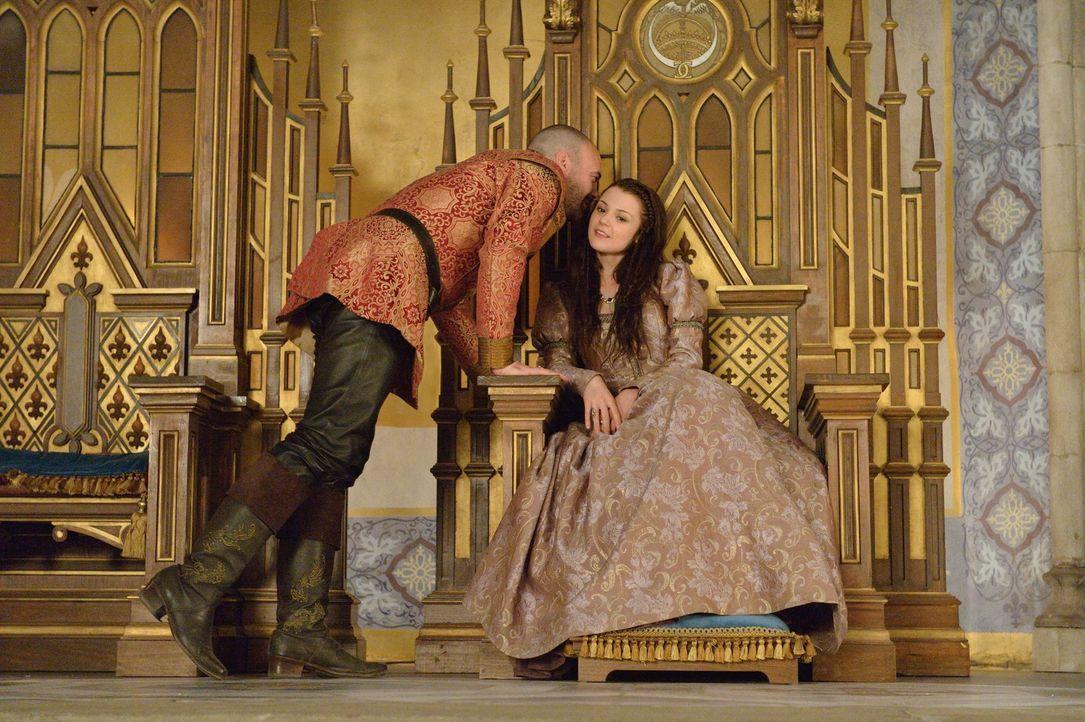 Die naive Penelope (Kathryn Prescott, r.) ist gezwungen, das grausame Spiel von König Henry (Alan Van Sprang, l.) mitzuspielen und seine Königin für... - Bildquelle: Ben Mark Holzberg 2013 The CW Network, LLC. All rights reserved.