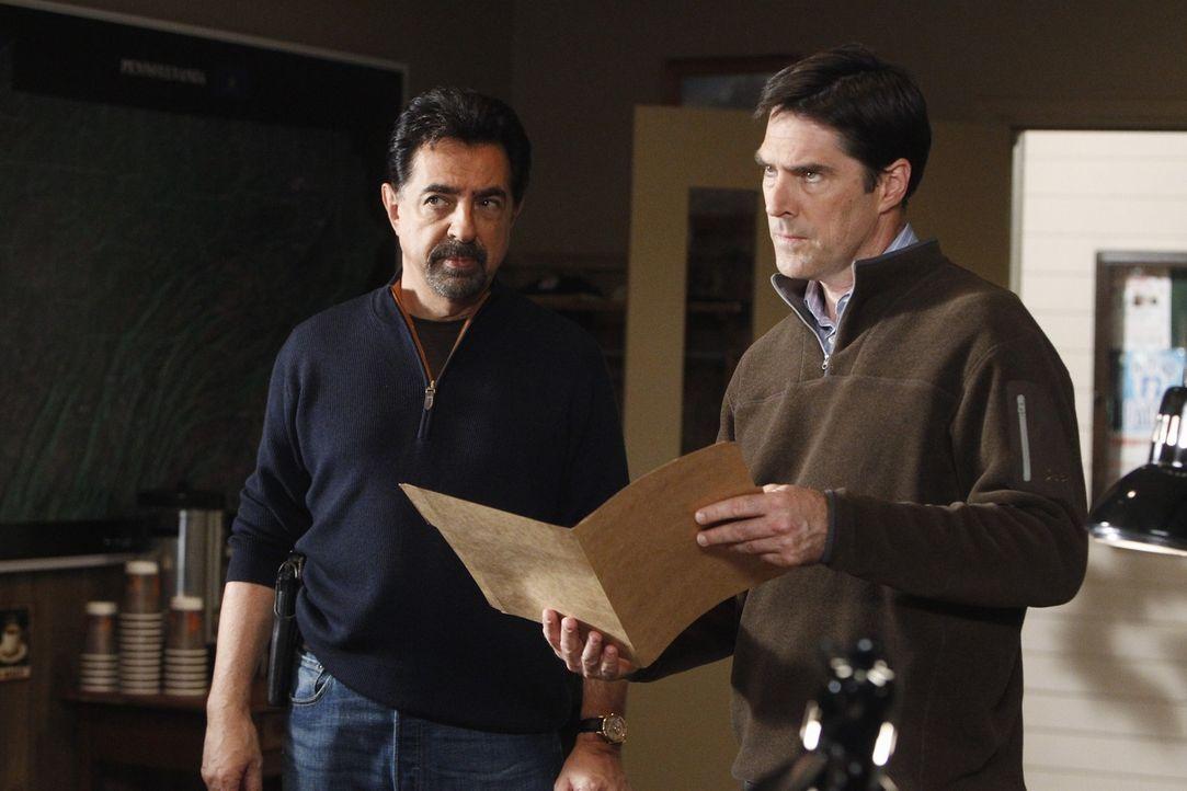 Werden mit einem neuen Fall beauftragt: Rossi (Joe Mantegna, l.) und Hotch (Thomas Gibson, r.) ... - Bildquelle: ABC Studios