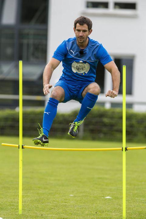Oliver Pocher (r.) sucht seine Mittelfeldspieler zusammen. Doch wird es Mickey Beisenherz in die Mannschaft schaffen? - Bildquelle: Frank Dicks SAT.1