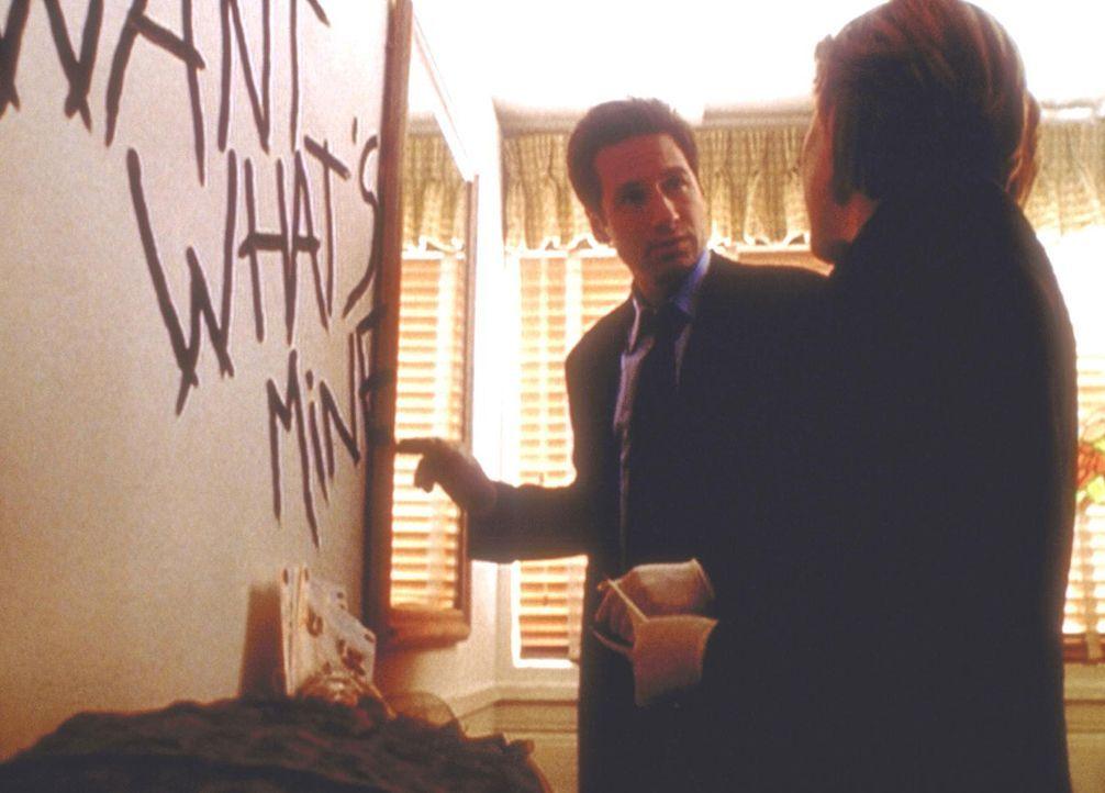 Mulder (David Duchovny, l.) und Scully (Gillian Anderson, r.) begutachten eine Inschrift, die ein ausgebrochener Strafgefangener im Haus eines seine... - Bildquelle: TM +   2000 Twentieth Century Fox Film Corporation. All Rights Reserved.