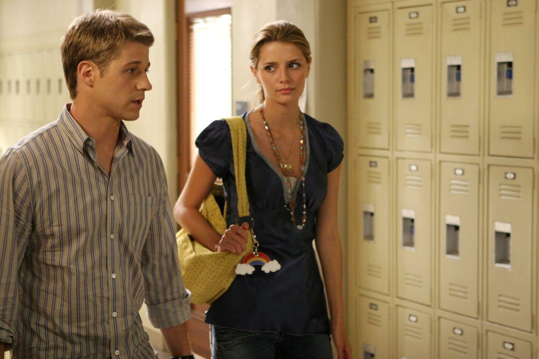 Ryan (Benjamin McKenzie, l.) und Marissa (Mischa Barton, r.) wagen noch einen Versuch und sprechen mit dem Dekan, der für Marissas Suspendierung zu... - Bildquelle: Warner Bros. Television