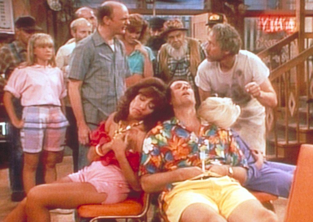 Obwohl ein wahnsinniger Mörder hinter ihnen her ist, sind Al (Ed O'Neill, vorne l.) und Peggy (Katey Sagal, vorne r.) eingeschlafen. - Bildquelle: Sony Pictures Television International. All Rights Reserved.
