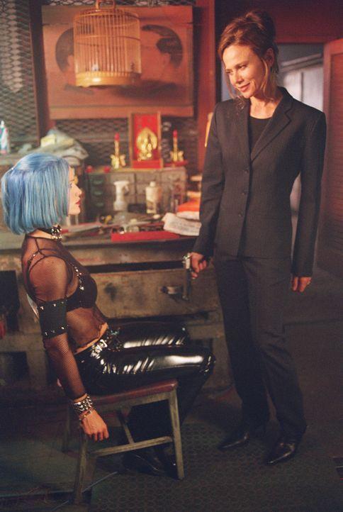 Schock: Als Sydney (Jennifer Garner, l.) an einen Stuhl gefesselt aus ihrer Bewusstlosigkeit erwacht, steht plötzlich ihre tot geglaubte Mutter (Le... - Bildquelle: Touchstone Television