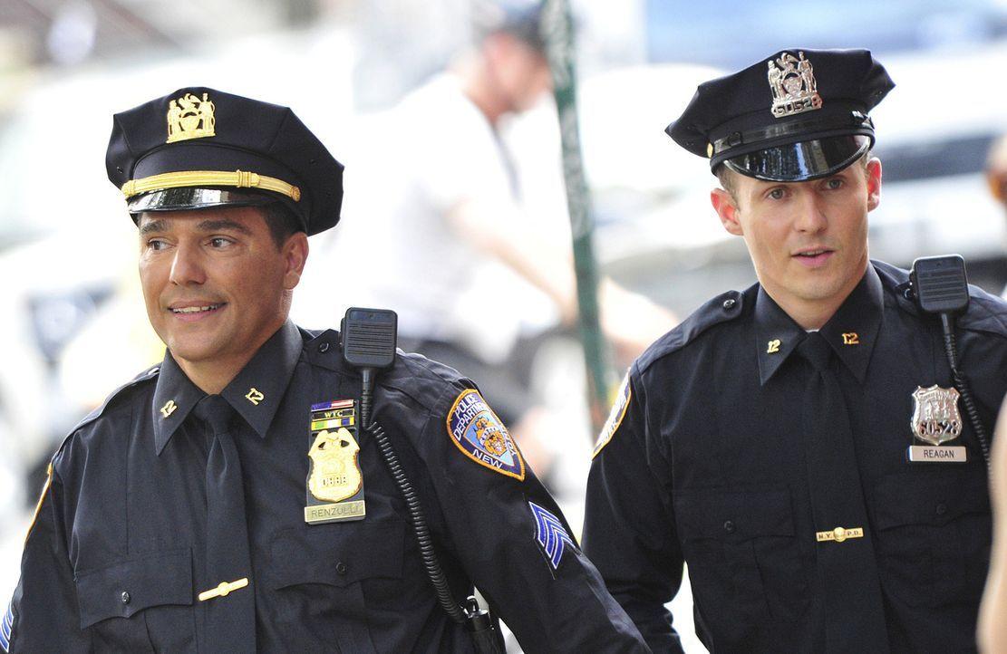 Will seinem Vorgesetzten Sgt. Anthony Renzulli (Nicholas Turturro, l.) unbedingt beweisen, dass ein guter Polizist in ihm steckt: Jamie (Will Estes,... - Bildquelle: 2010 CBS Broadcasting Inc. All Rights Reserved