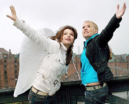 Cosma Shiva Hagen posiert in der alten Speicherstadt in Hamburg mit künstlichen Flügeln und einer ihrer Freundinnen, Nadine, für die Aktion Schu... - Bildquelle: dpa