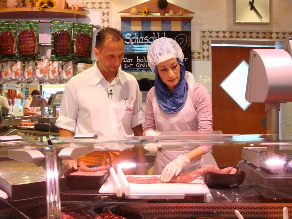 Wie kommt Esma (r.) mit dem Job in einer Metzgerei klar? - Bildquelle: ProSieben