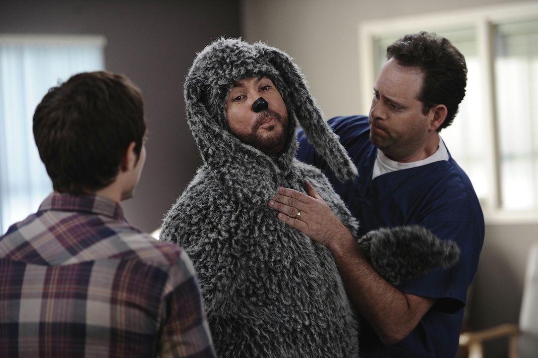 Nur mit Müh und Not kann der Tierarzt Dr. Bangachon (Rodney To, r.) den störrischen Hund Wilfred (Jason Gann, M.) zu einer Behandlung überreden. Rya... - Bildquelle: 2011 FX Networks, LLC. All rights reserved.