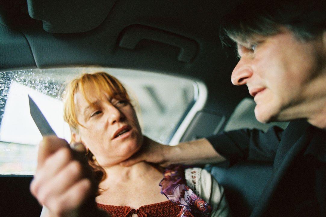 Als Petra (Ulrike Krumbiegel, l.) fordert, dass Stefan (Max Herbrechter, r.) Sarah in Ruhe lässt, kommt es zu einer gewaltsamen Auseinandersetzung z... - Bildquelle: Tom Trambow Sat.1