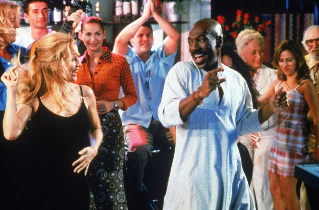 """Kate Newell (Kelly Preston, l.) und """"G? (Eddie Murphy, r.) schwingen das Tanzbein ..."""