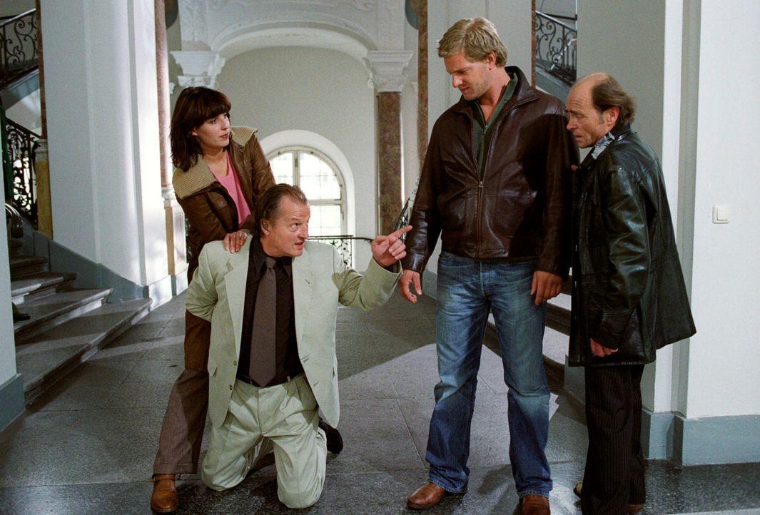 Mit Giopecci (Dietmar Mössmer, r.) als Kronzeugen meinen Nina (Elena Uhlig, l.) und Leo (Henning Baum, 2.v.r.) einen Trumpf im Ärmel gegen Arno Hauk... - Bildquelle: Christian A. Rieger Sat.1
