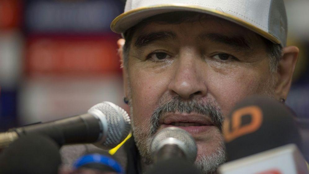 Diego Maradona musste operiert werden - Bildquelle: FIROFIROSID