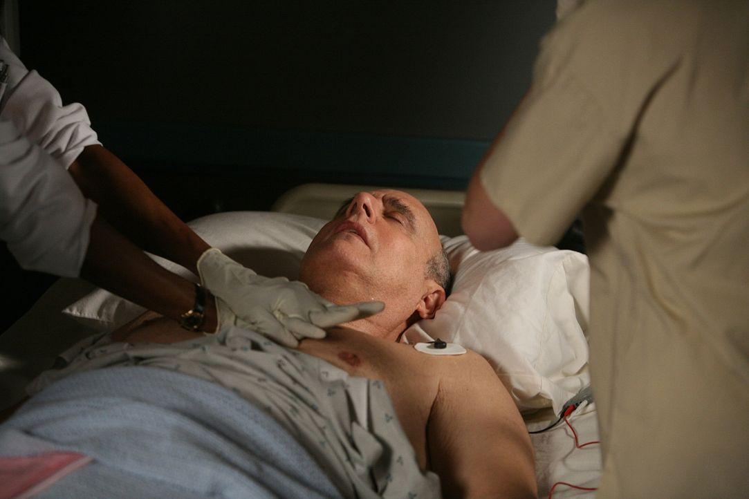 Die Ärzte kämpfen um das Leben des Komapatienten Todd Emory (Jeffrey Tambor) ... - Bildquelle: Paramount Network Television