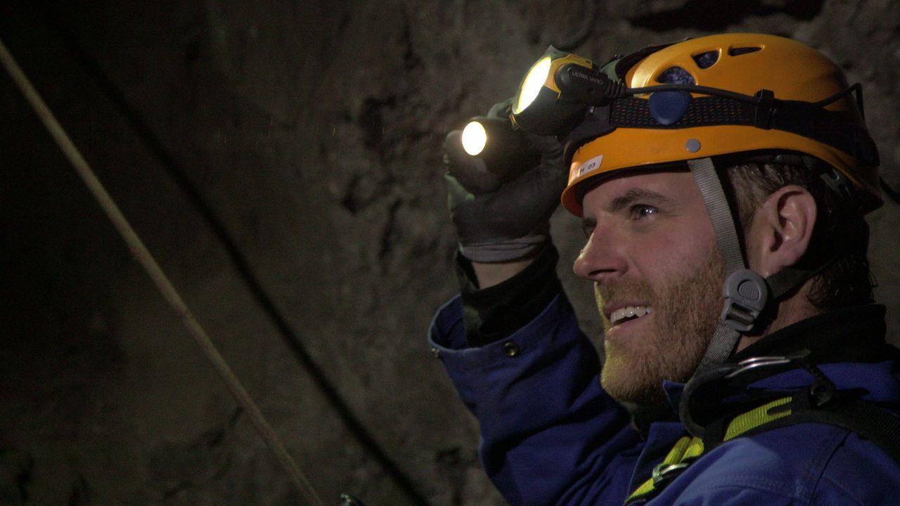 In Norwegen und Großbritannien will Josh das Rätsel um den Sonnenstein der Wikinger lösen und steigt dafür in eine Gruft und eine verlassene Mine ..... - Bildquelle: 2015, The Travel Channel, L.L.C. All Rights Reserved.