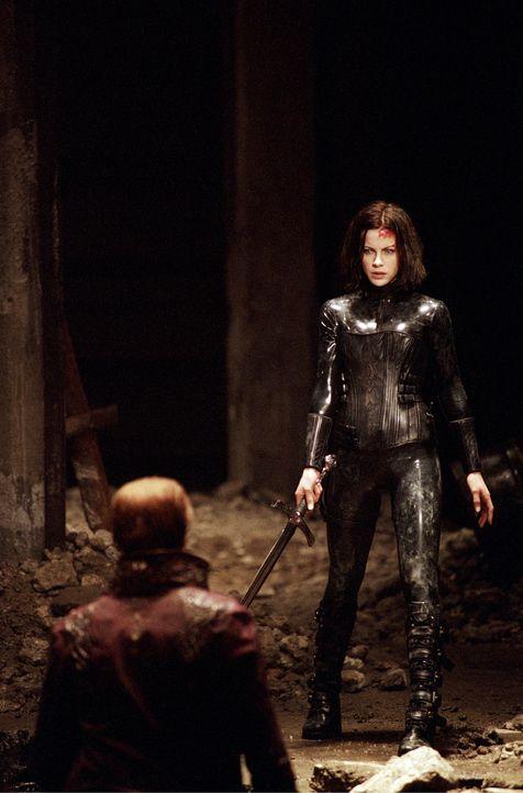 Als das Duell der Nachtgeschöpfe im Untergrund der Stadt eskaliert, erweckt Selene (Kate Beckinsale, r.) eigenmächtig, den in einer Gruft ruhenden V... - Bildquelle: 2003 Lakeshore Entertainment Group LLC. All Rights Reserved.
