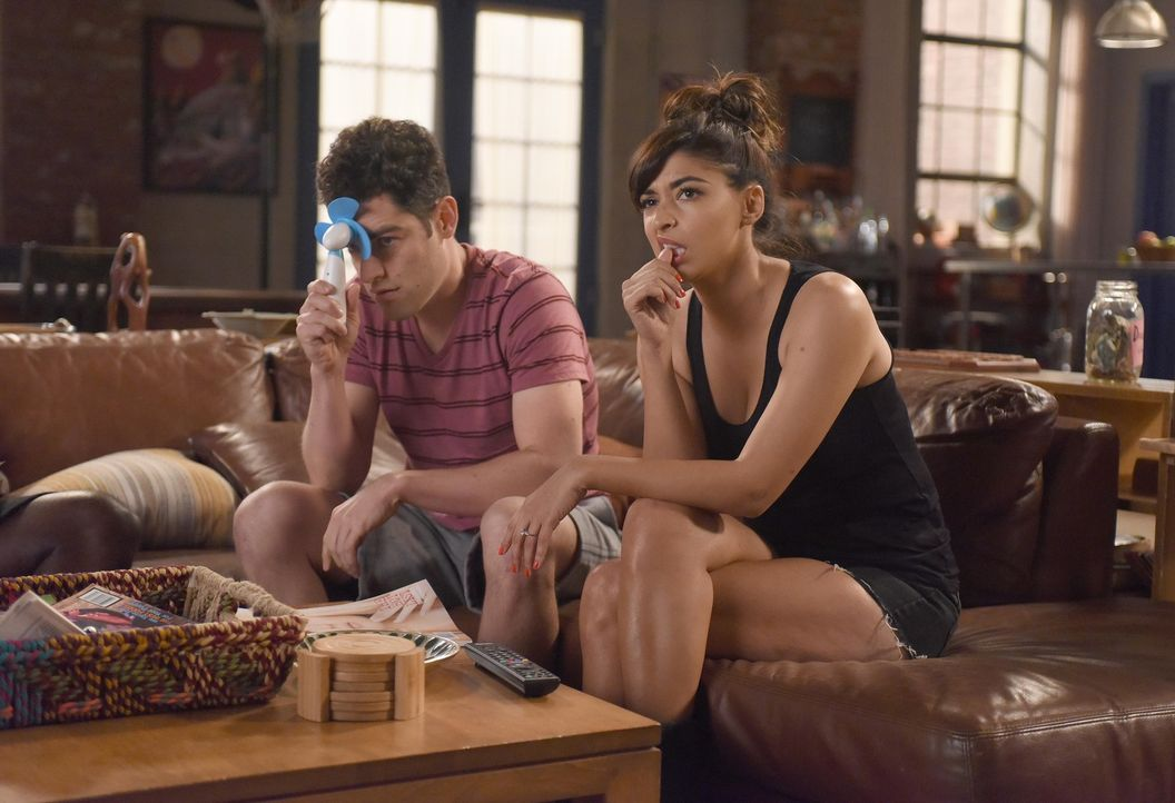 Schmidt (Max Greenfield, l.) und Cece (Hannah Simone, r.) müssen ein ernstes Gespräch führen, als Schmidt erkennt, dass Cece ein Casting sausen lass... - Bildquelle: Ray Mickshaw 2016 Fox and its related entities.  All rights reserved.