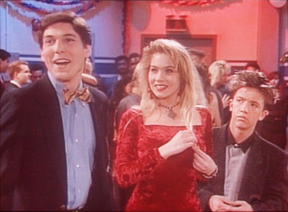 Kelly (Christina Applegate, M.) demonstriert Bud (David Faustino, r.) anhand des einfältigen Jeff (Joel Edwards), wie leicht man einen Mann um den... - Bildquelle: Columbia Pictures