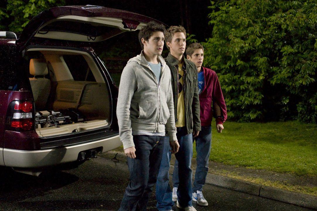 Kyle (Matt Dallas, l.) hat Liebeskummer wegen Amanda und nichts kann ihn aufmuntern. Deshalb entführen Declan (Chris Olivero, M.) und Josh (Jean-Lu... - Bildquelle: TOUCHSTONE TELEVISION