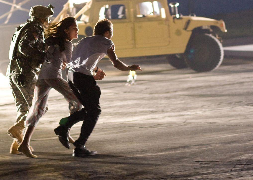 Können Beth (Odette Yustman, M.) und Rob (Michael Stahl-David, r.) den Attacken des schier unsterblichen Monsters noch entkommen? - Bildquelle: Paramount Pictures