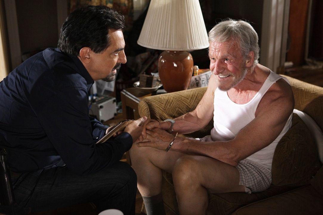 Bei den Ermittlungen in einem neuen Fall stoßen Rossi (Joe Mantegna, l.) und seine Kollegen auf Lee Mullens (Daniel J. Travanti, r.). Doch hat er da... - Bildquelle: ABC Studios