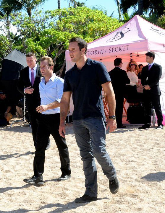 Während Steve (Alex O'Loughlin, vorne r.) versucht, einen Banküberfall aufzuklären, hat Danny (Scott Caan, vorne l.) die Aufgabe, die schönsten Frau... - Bildquelle: 2012 CBS Broadcasting, Inc. All Rights Reserved.
