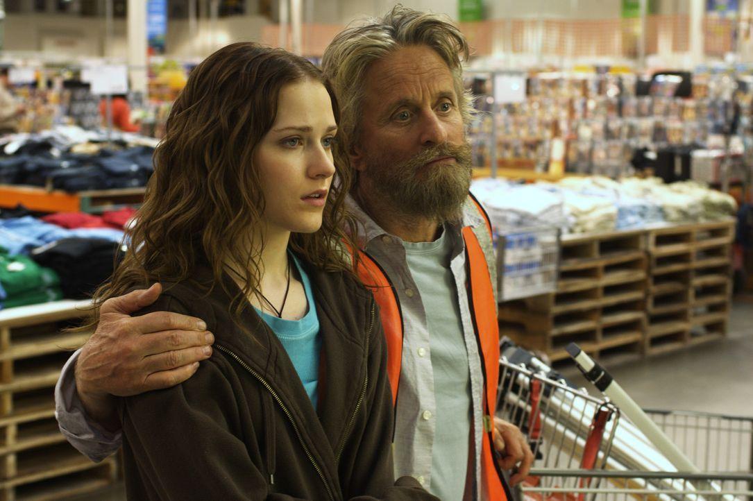 Obwohl Miranda (Evan Rachel Wood, l.) wirklich keine Lust hat, ihren Vater Charlie (Michael Douglas, r.) noch länger in seinem verworrenen Plan zu... - Bildquelle: Nu Image