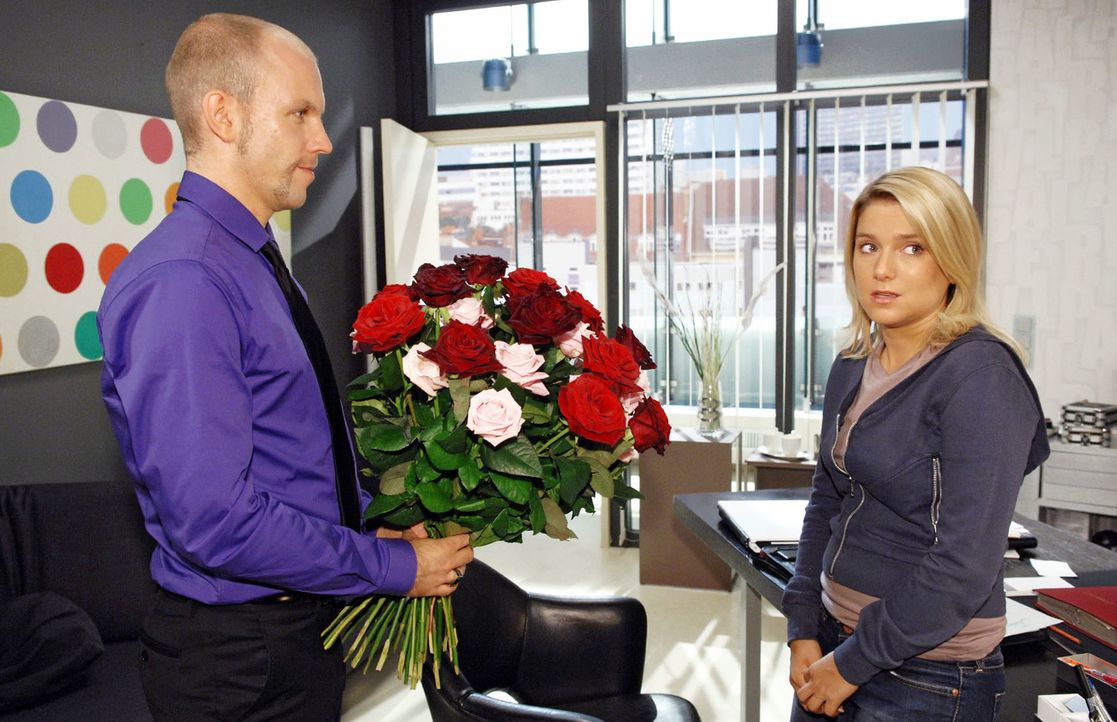 Gerrit (Lars Löllmann, l.) versucht, Anna (Jeanette Biedermann, r.) mit einem Rosenstrauß für sich zu gewinnen. - Bildquelle: Claudius Pflug Sat.1