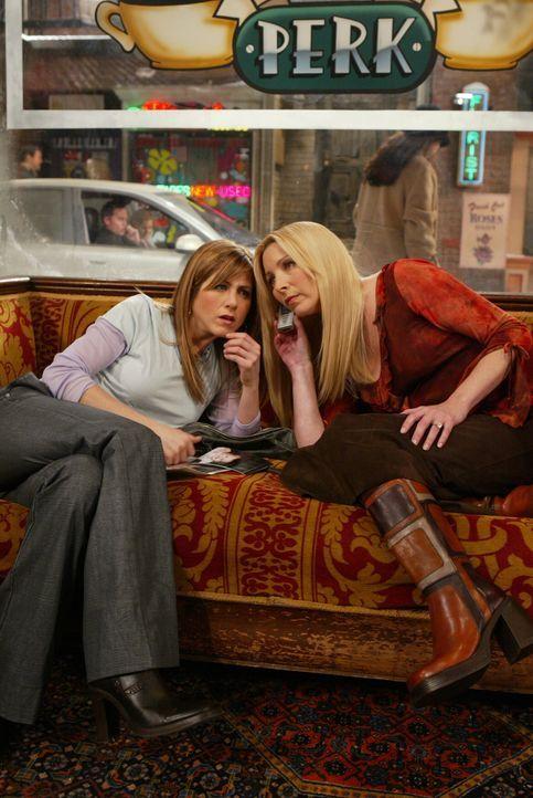Rachel (Jennifer Aniston, l.) und Phoebe (Lisa Kudrow, r.) beobachten Chandler, wie er zu einer Blondine ins Auto steigt. Für die beiden steht fest,... - Bildquelle: 2003 Warner Brothers International Television