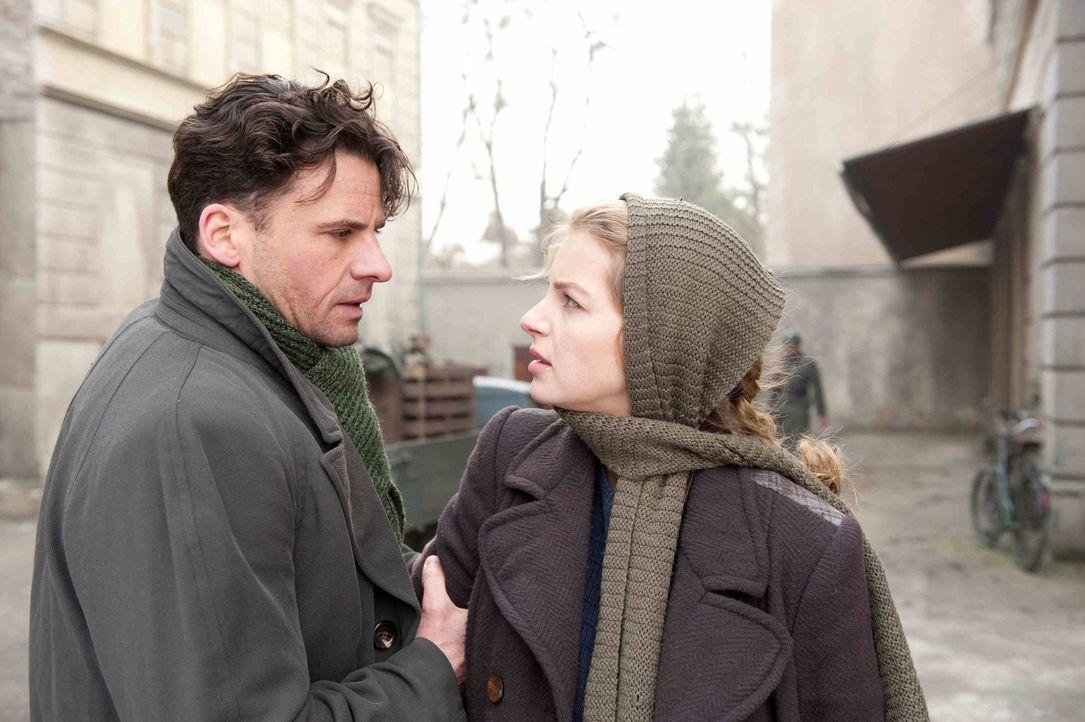 In ihrem Kampf gegen das Regime Hitlers lässt sich Ellen (Yvonne Catterfeld, r.) von Robert Elbing (Stephan Luca, l.) als Spionin für den britisch... - Bildquelle: Nicolas Maack SAT.1