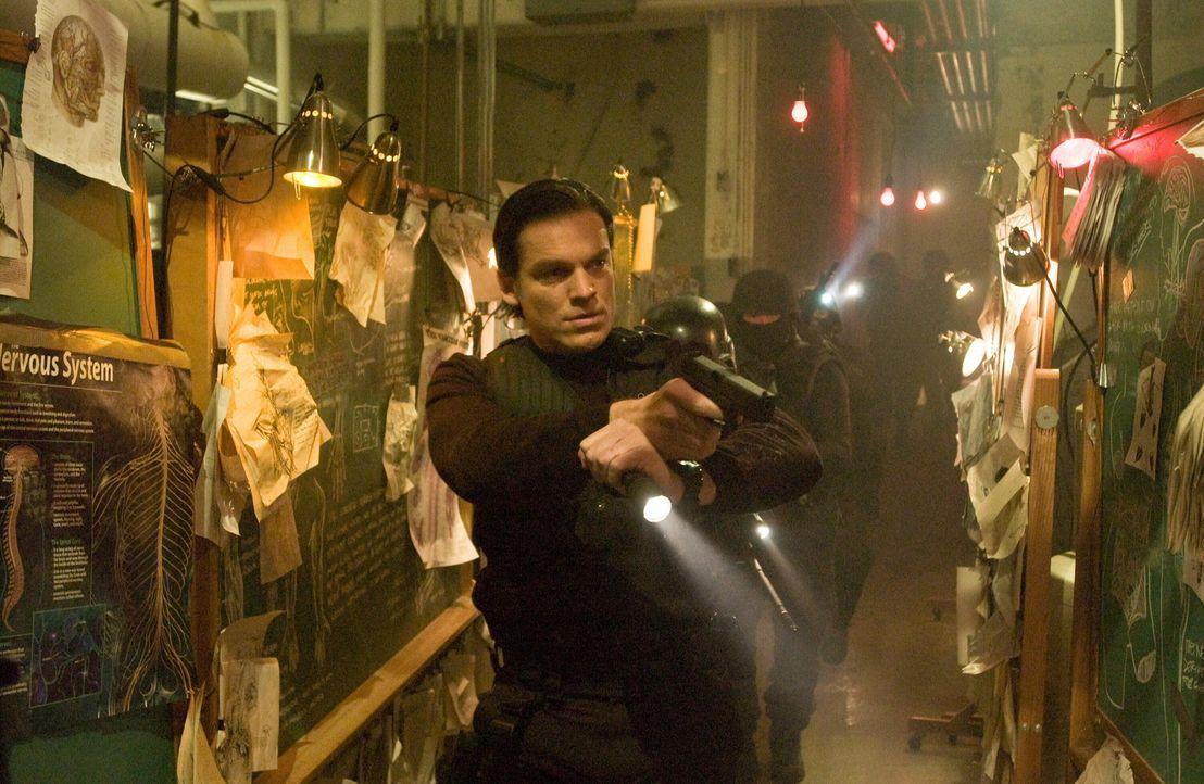 Erst sehr spät kommt FBI-Agent Skylar (Bart Johnson) dem mitleidlosen Killer auf die Spur ... - Bildquelle: Warner Bros. Television