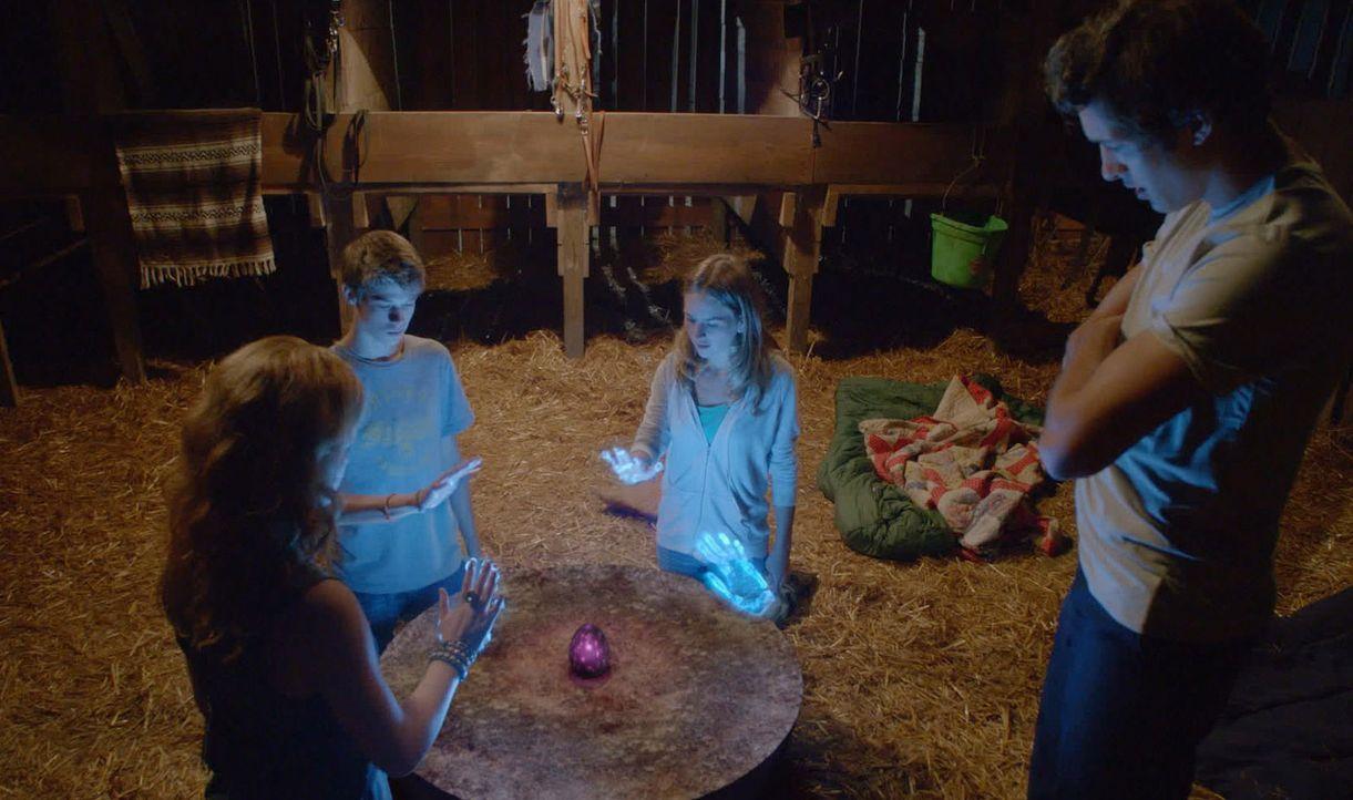Während Barbie sich auf einen nicht ganz freiwilligen, geheimen Fight-Club einlässt, erleben  Angie (Britt Robertson, 2.v.r.), Norrie (Mackenzie L... - Bildquelle: 2013 CBS Broadcasting Inc. All Rights Reserved