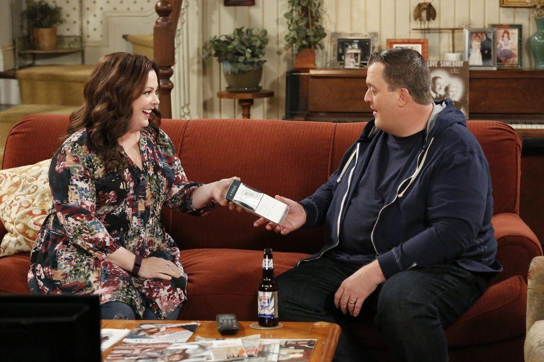 Molly (Melissa McCarthy, l.) will Mike (Billy Gardell, r.) dazu animieren, sportlicher zu werden und schenkt ihm einen Schrittzähler. Doch Mike denk... - Bildquelle: Warner Brothers