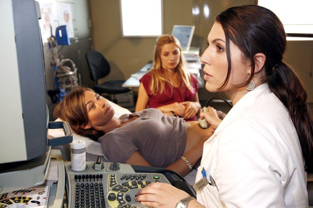 Hüyla (Eva Maria Reichert, r.) erlebt einen Moment der Nähe, der sie ins Wanken bringt. Als die lesbische Patientin Hanne Bergen (Eva Blum, l.) mi... - Bildquelle: Mosch Sat.1