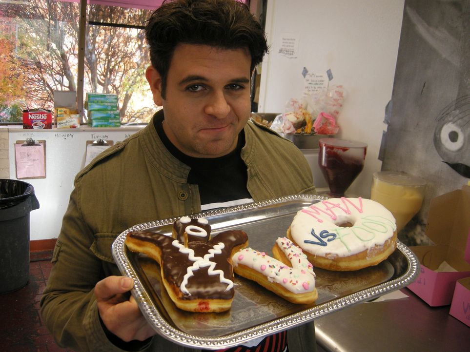Dieses Mal dreht sich bei Adam Richman alles um Eis, Kuchen und Donuts. Er macht sich auf die Suche nach den leckersten süßen Köstlichkeiten des Lan... - Bildquelle: Ryder Greene The Travel Channel, L.L.C.