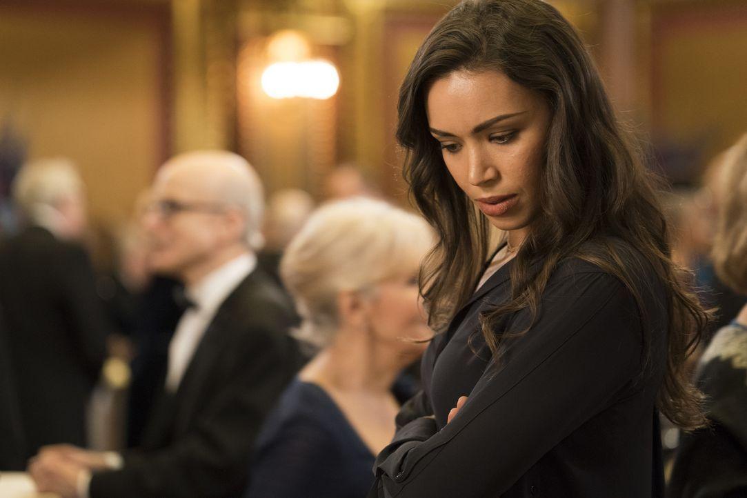 Wartet auf Kay (Ilfenesh Hadera) bei den neusten Ermittlungen eine böse Überraschung? - Bildquelle: Warner Bros.