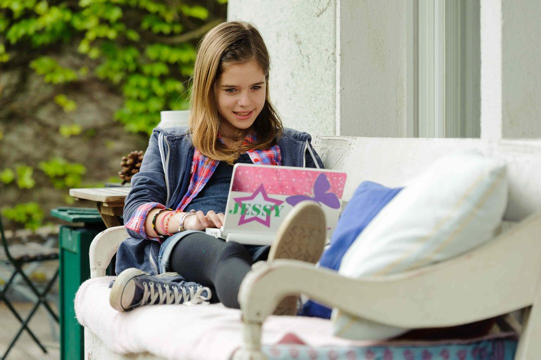 Nach der Trennung ihrer Eltern kapselt sich die 12-Jährige Jessy (Jamie Bick) immer mehr ab: Sie sitzt nur noch vor ihrem Laptop oder Smartphone. Al... - Bildquelle: Willi Weber SAT.1